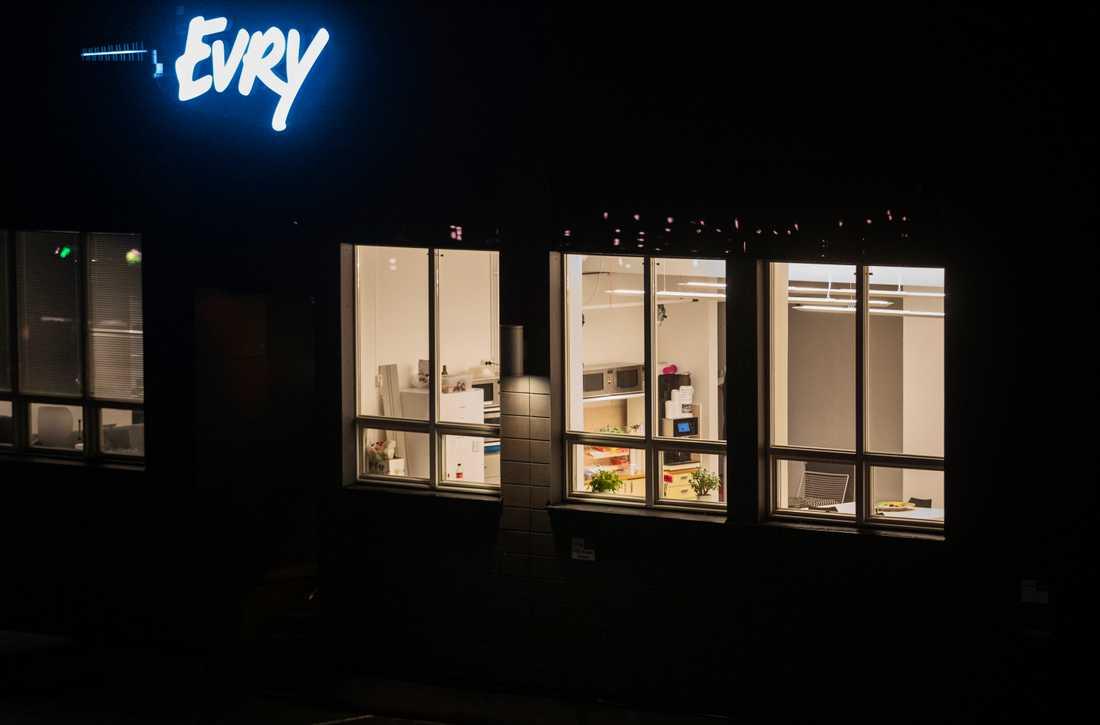 Evrys call center ligger avskilt i källaren på huvudkontoret i Solna.