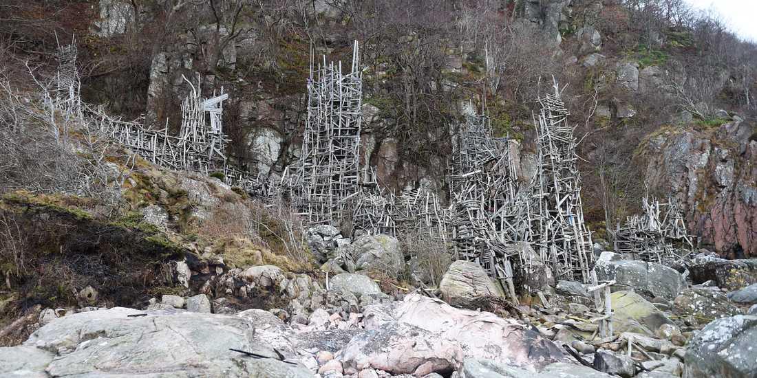Nimis klättrar längs Kullaberg och har byggts på naturreservatets område. Verket utsattes för ett brandattentat i november 2016. Vilks dömdes till böter i tingsrätten i februari 2018 efter att ha återuppbyggt det som skadats . Nu vill länsstyrelsen förbjuda besök helt av säkerhetsskäl.