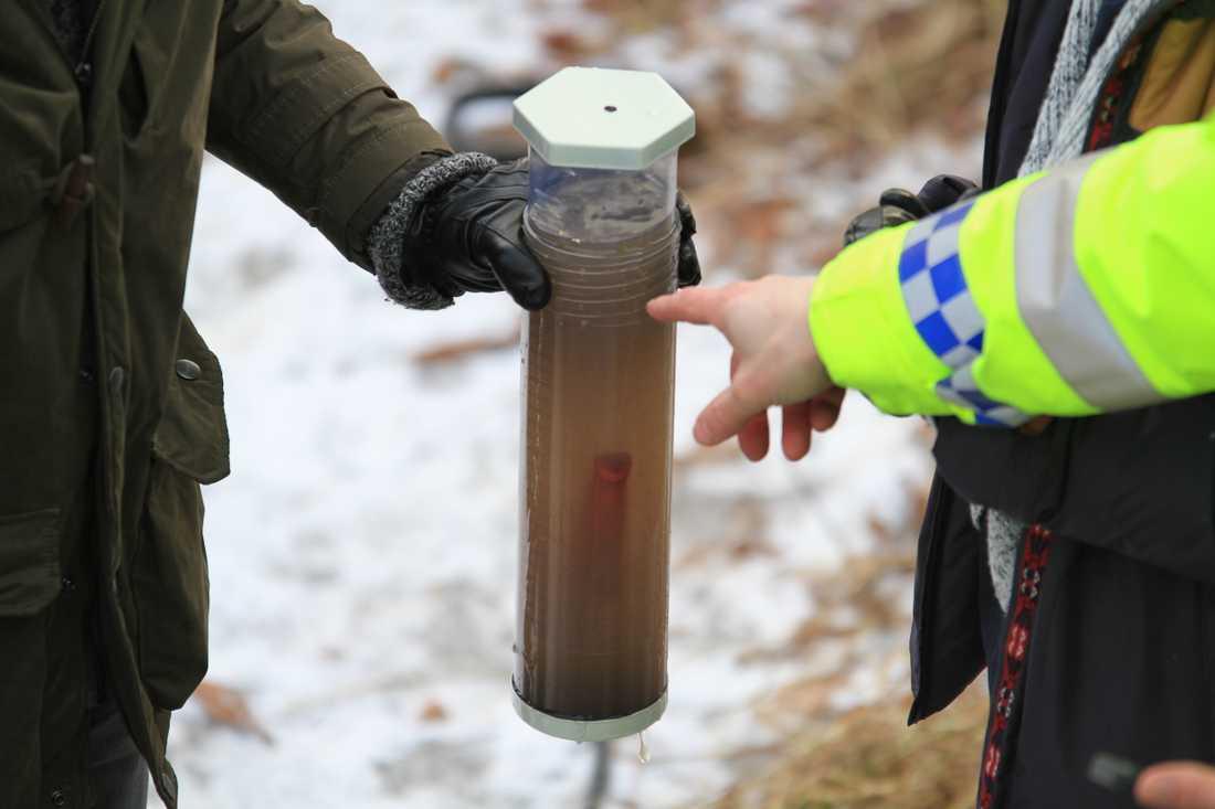 Bilder från fynd som polisen gjorde vid dykningar i Fyrisån.
