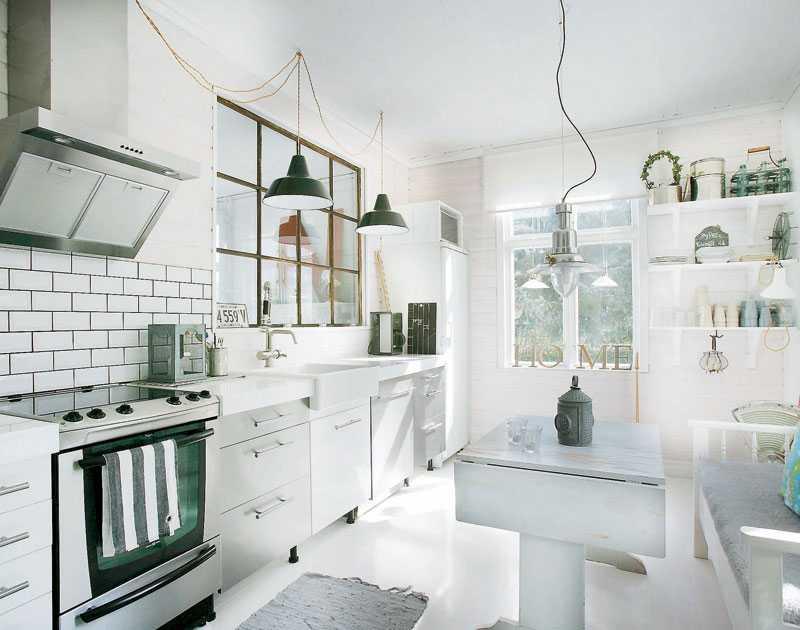 Andreas och Josse har gjort det mest själva. I köket rev de väggen in till vardagsrummet och satte in ett spröjsat fönster, fyndat på loppis för 50 kr!