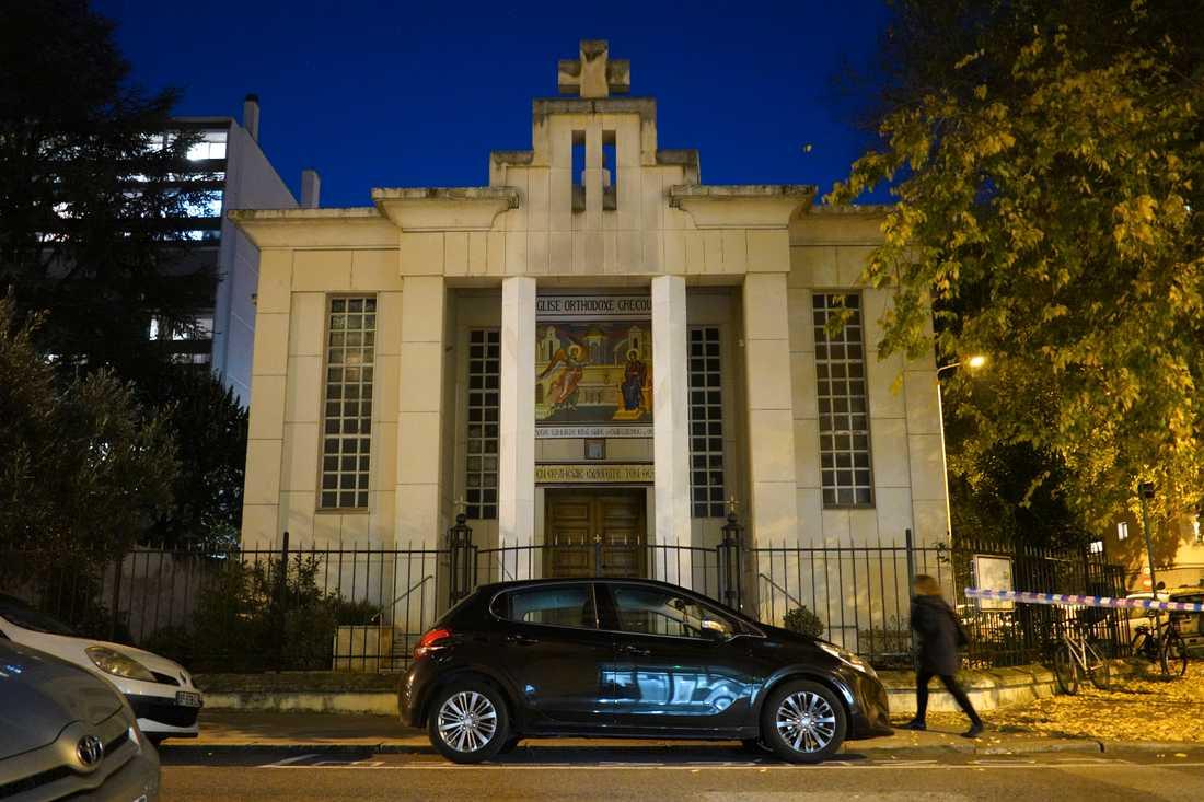 En grekisk-ortodox präst sköts vid den här kyrkan under lördagen.
