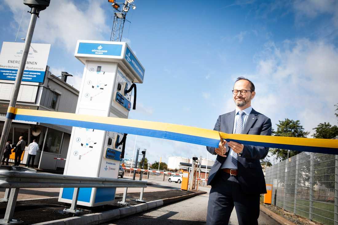 Infrastrukturminister Tomas Eneroth vid invigningen av Göteborgs hamns första alkobom vid Energihamnen.