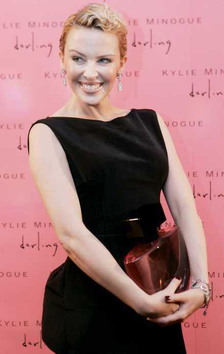 """VANN KAMPEN Världsstjärnan Kylie Minogue står återigen i rampljuset efter sin kamp mot bröstcancern. Här lanserar hon sin nya parfym """"Darling""""."""