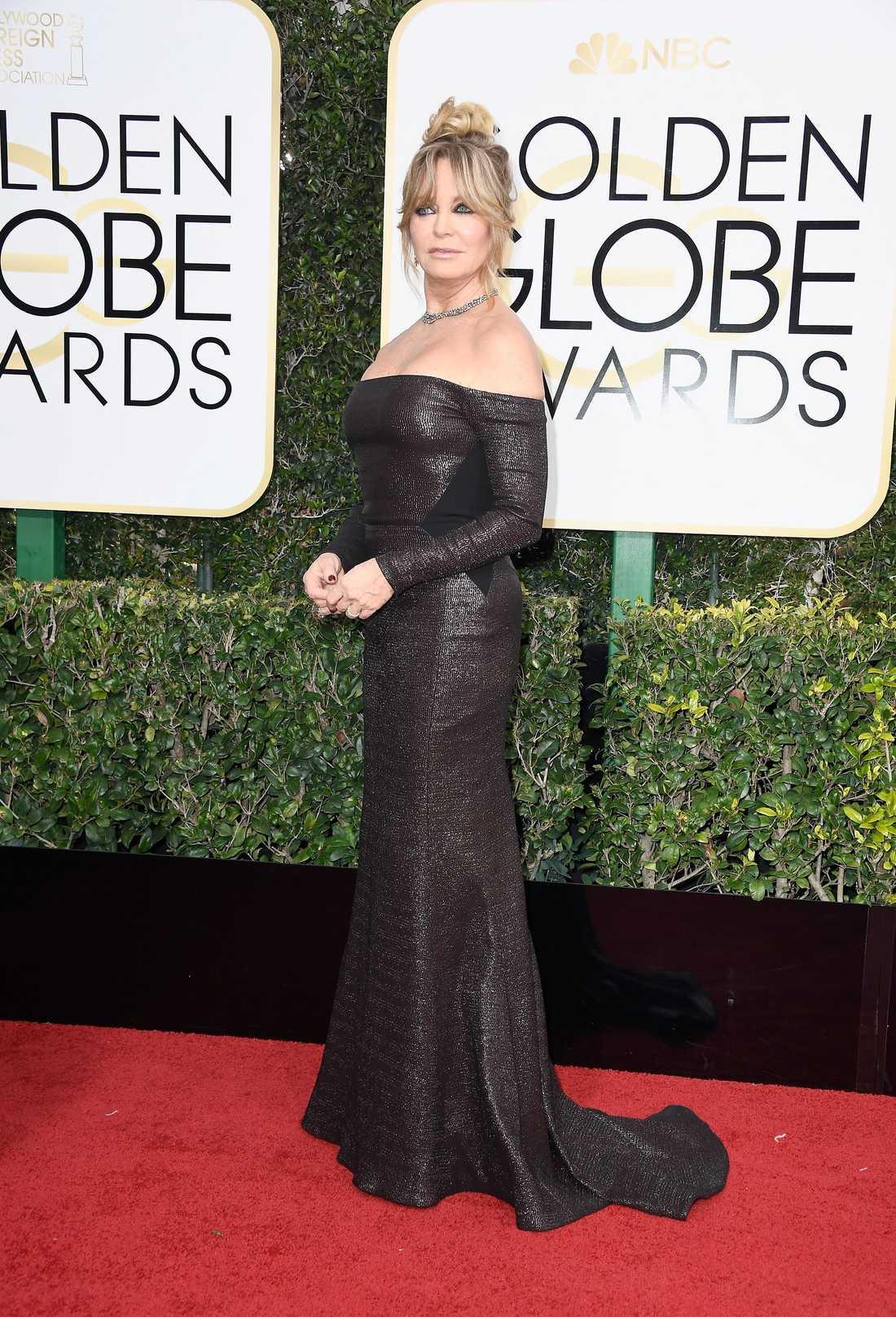 Goldie Hawn. Wawawoom. Goldie glänser på röda mattan i en svart nästintill läderliknande Prabal Gurung-klänning med bara axlar. Det finns faktiskt inget att klaga på här alls, jag tycker det är läckert och ett riktigt statement som bevisar att sexighet, kaxighet och stil saknar ålder.  4 plus