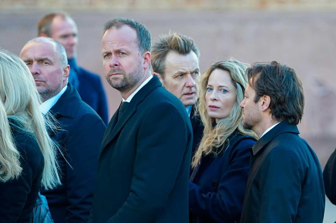 Fredrik Skavlan och Maria Bonnevie är några av gästerna på begravningen.