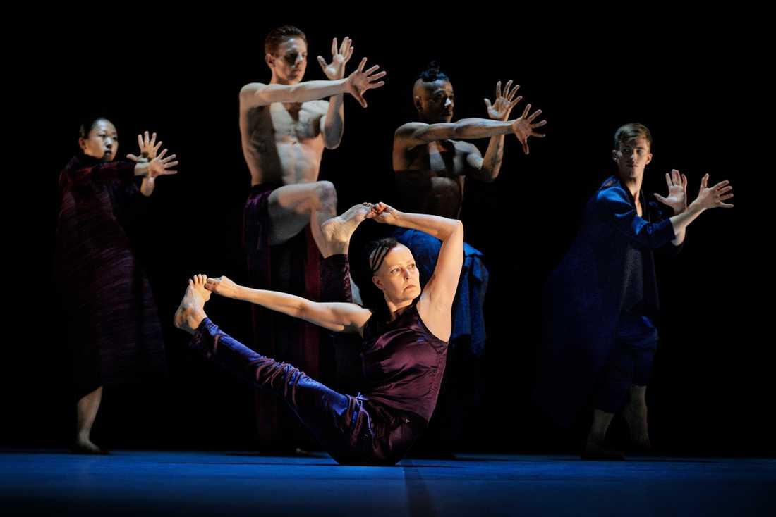 Virpi Pahkinen dansar själv i sitt nya verk Monolit Polygon, tillsammans med Pontus Sundset Granat, Philip Sundset Granat, Thibault Monnier, Hui-Han Hu Gustavsson samt studerande vid Balettakademien i Stockholm.