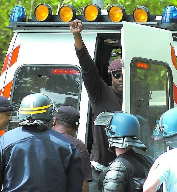 Generalstrejk, upplopp och gatustrider skakar turistparadiset Guadeloupe, en gång svensk egendom.
