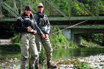 de blev S KAKADE Magdalena Forsberg och instruktören Leif Stävmo fiskar öring i floden Soca. Under inspelningen bodde Magdalena i en liten stuga i en smal dal. När jordbävningen kom trodde hon först att det var ett stenras.