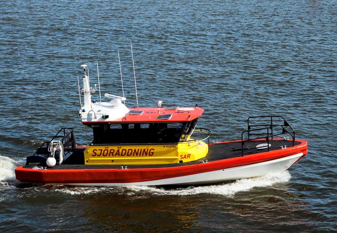 Enligt räddningstjänsten har den brinnande båten bogserats ut från hamnen.