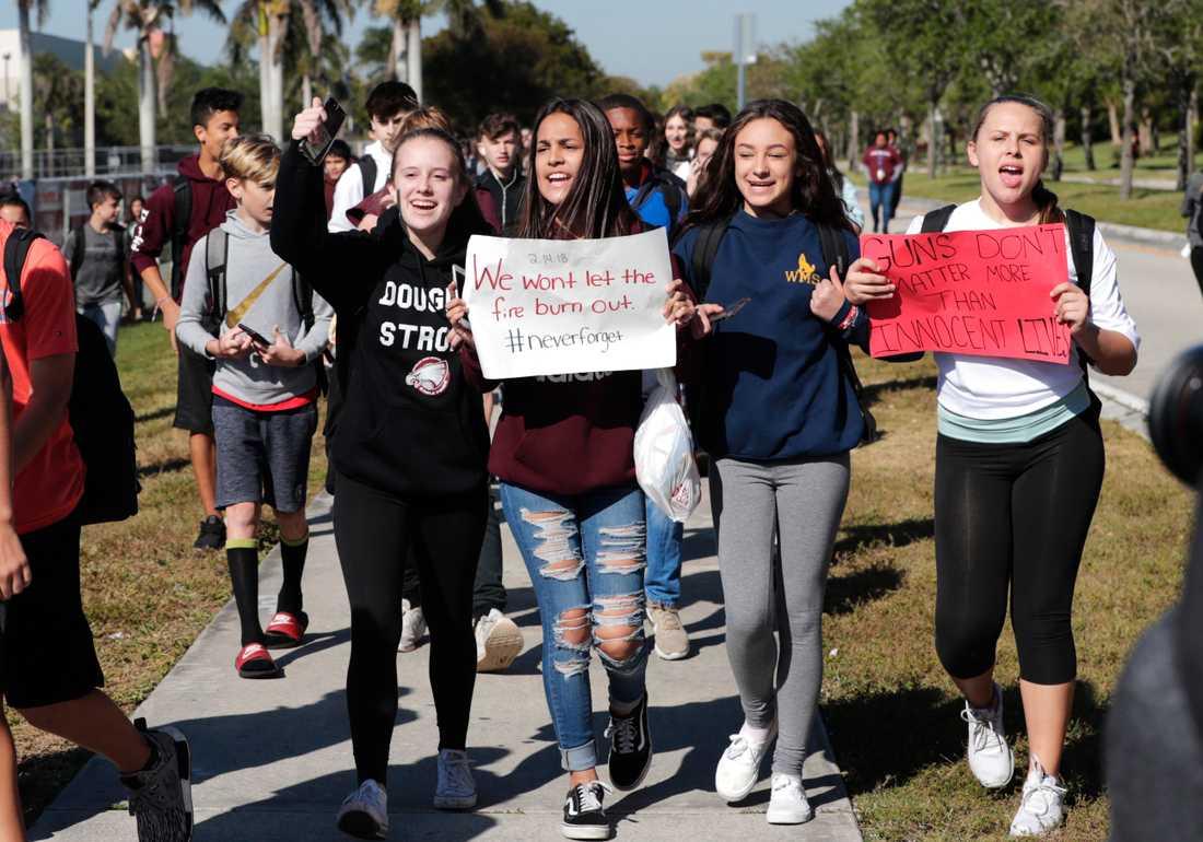 Elever marscherade ut från skolor under en protestaktion mot vapenvåldet tidigare i år.