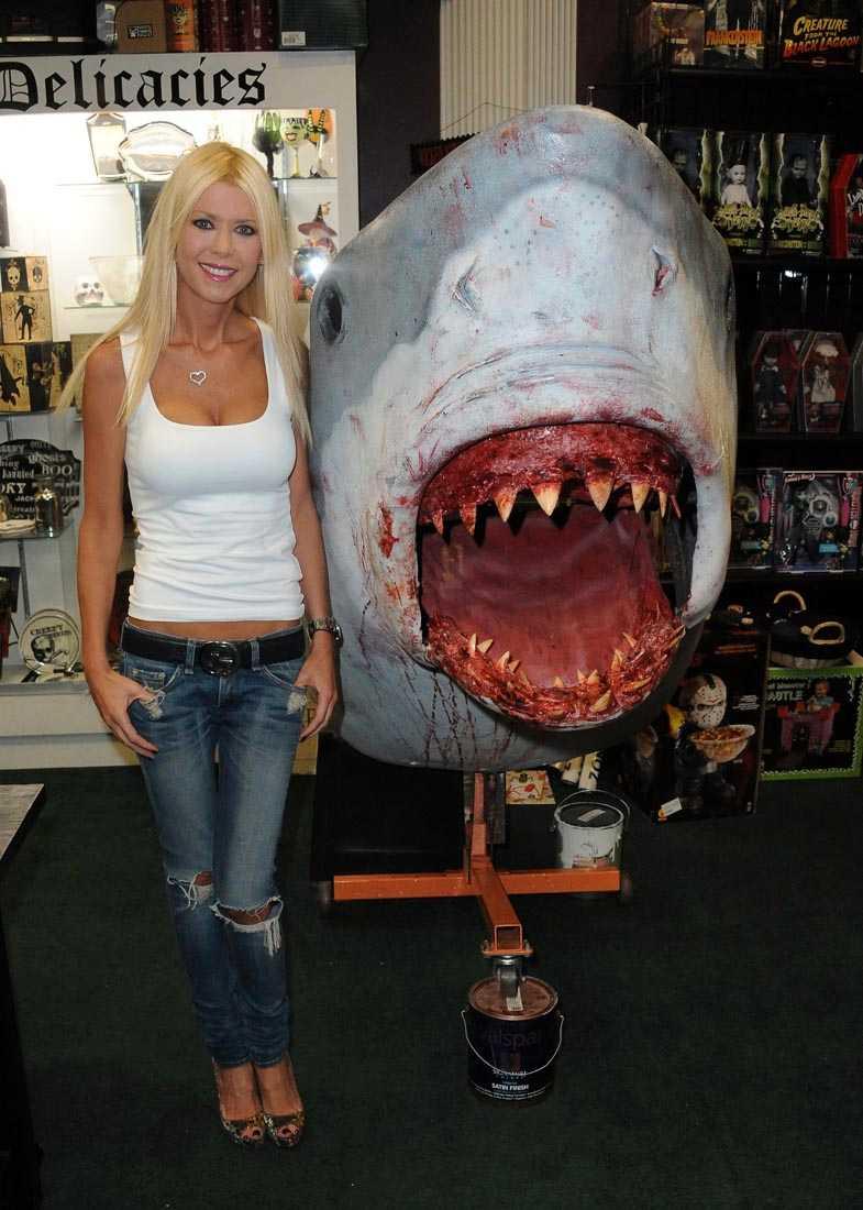 """Tara Reid på en signering i Burbank, Kalifornien, av dvd:n för omtalade """"Sharknado""""."""