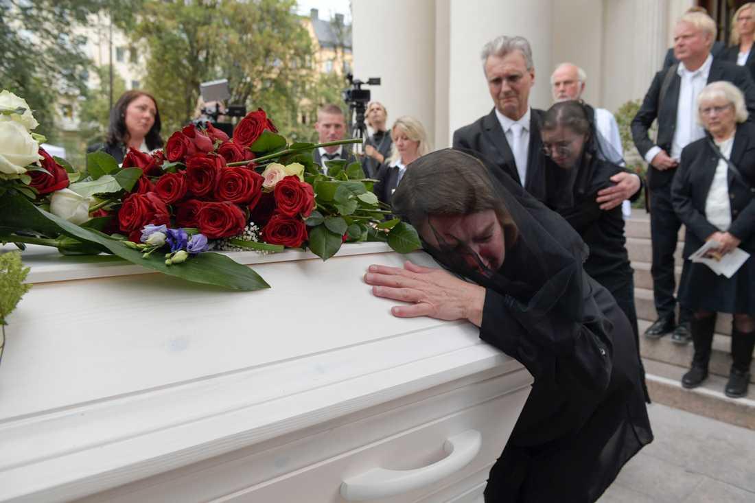 Eric Torells mamma Katarina Söderberg kramar om sin sons kista vid begravningen. Arkivbild