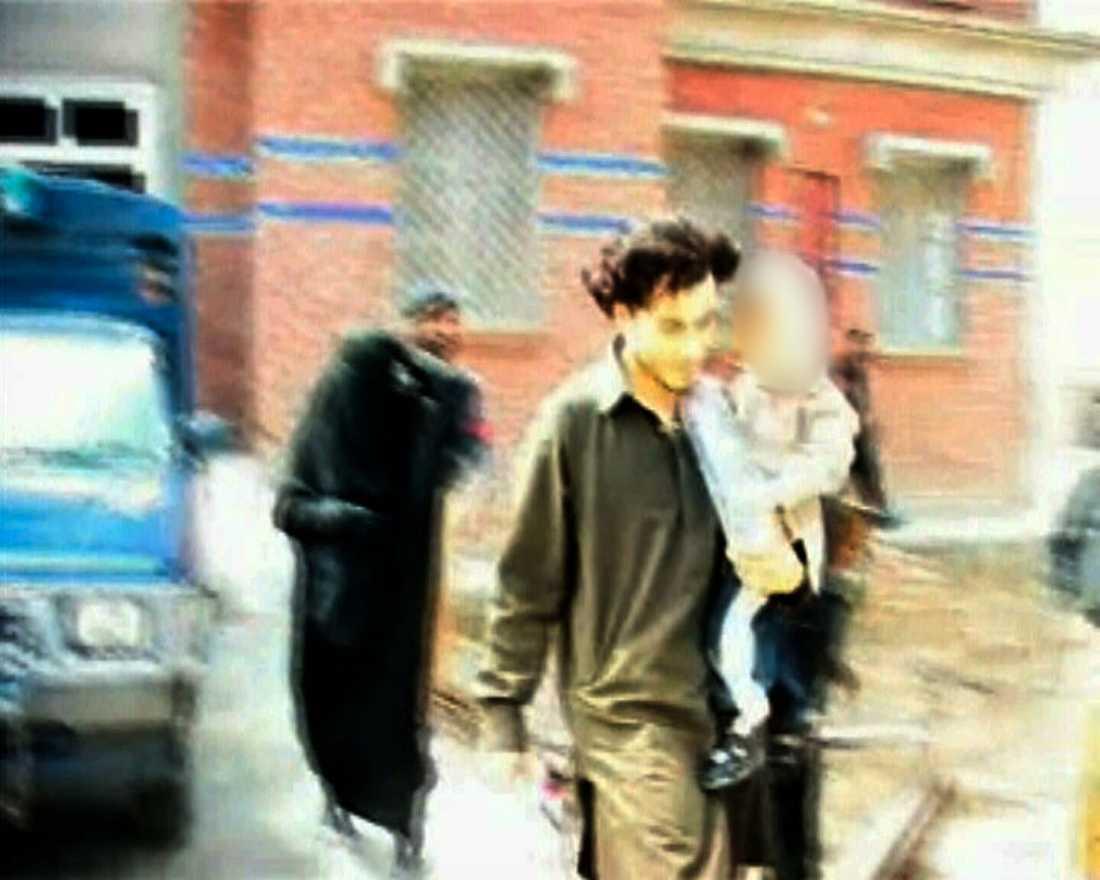 tvåårige sonen på armen Munir Awad, hans fästmö Safia Benaouda och parets lille son satt fängslade i Pakistan i 43 dagar, misstänkta för samröre med al-Qaida. Safia erbjöds fri lejd ut ur landet tillsammans med barnet, men vägrade så länge mannen inte släpptes. Efter ett högt politiskt spel lyckades man få hem familjen till Sverige.