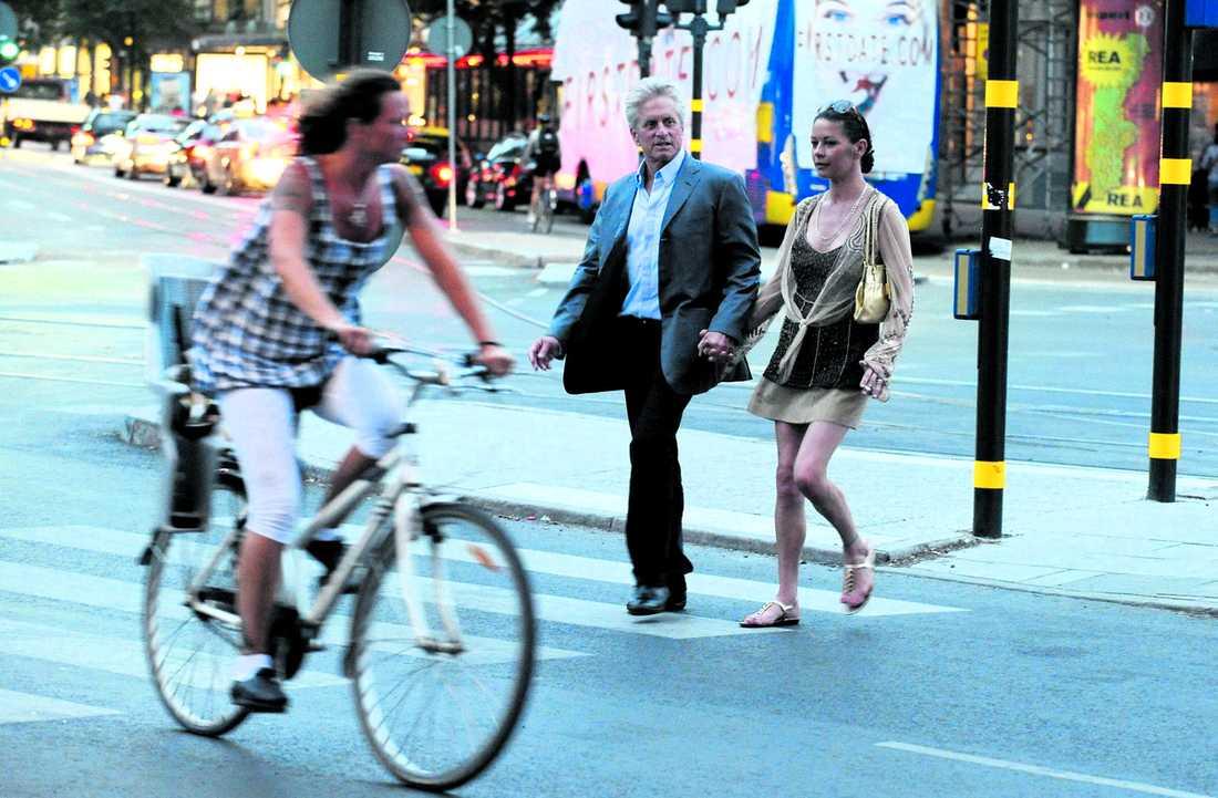 Ostörda hollywoodstjärnor Trots att det var 25 grader varmt hade Michael Douglas kavaj och Catherine Zeta Jones skylde axlarna med en kofta när de promenerade genom Stockholm i går kväll.