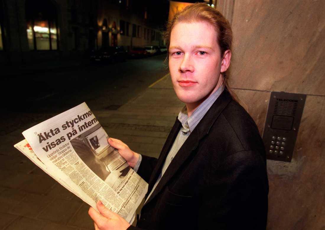 1995 flyttade Flashback ut på internet.Jan Axelsson uppgav att han vill värna det fria ordet och försvara åsikts- och yttrandefriheten.