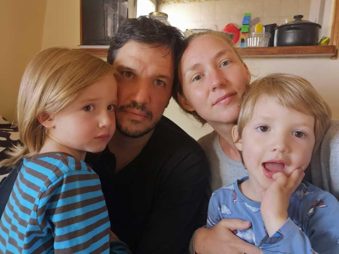 Familjen sitter i karantän i Argentina och har fått sina hembiljetter avbokade fem gånger.