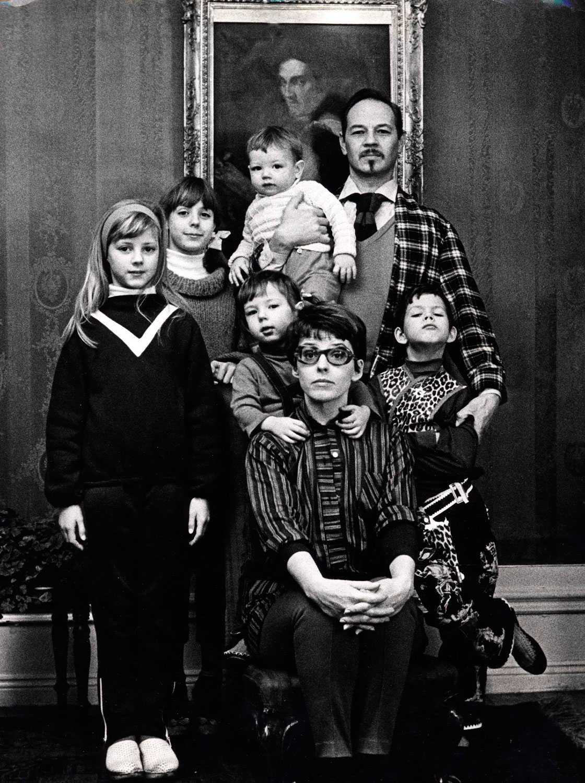 Stockholm 1967. Yvonne Lombard och Lennart Hellsing tillsammans med deras fem barn