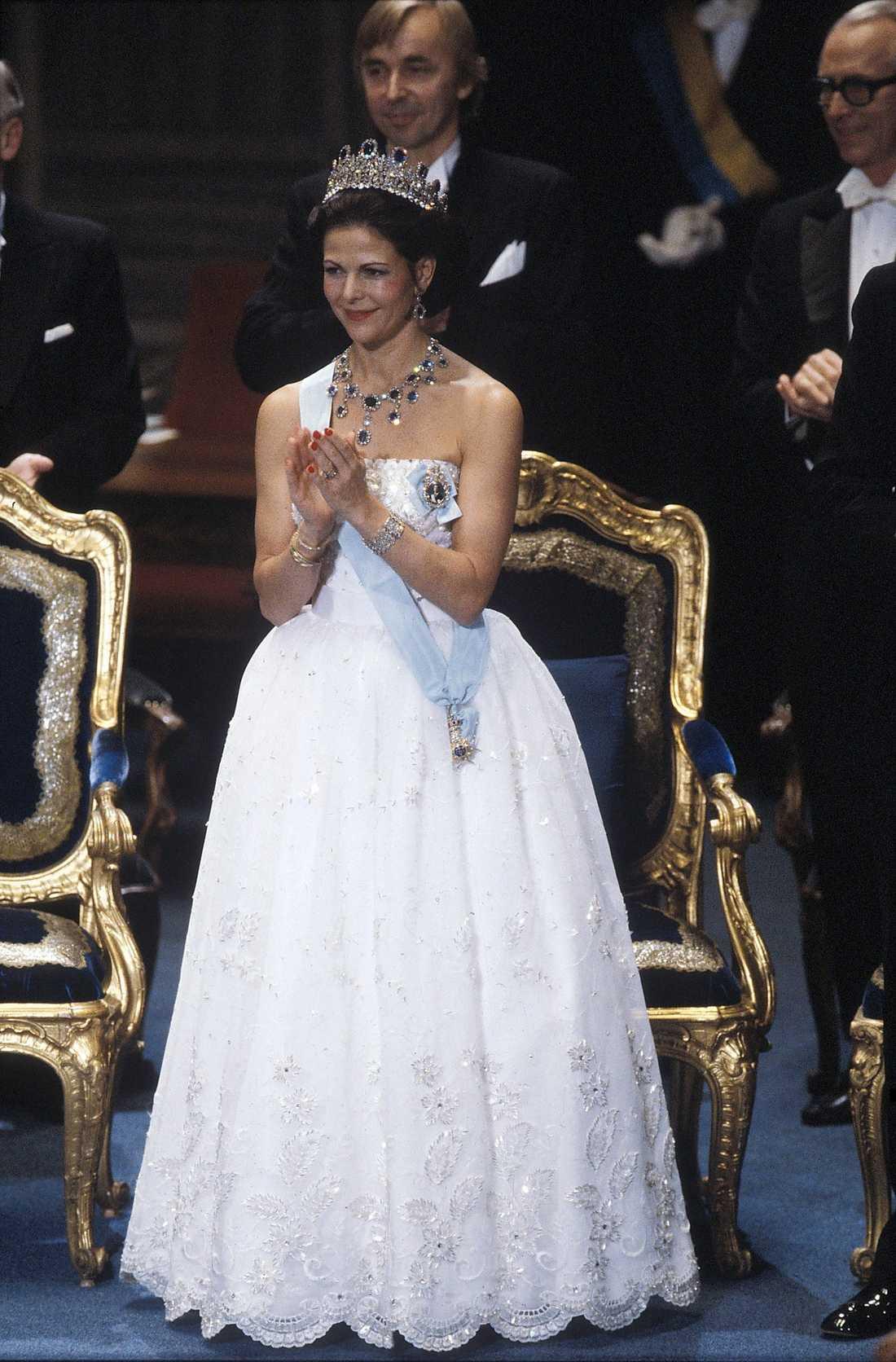 1984 klädde sig Silvia i något som kanske bäst beskrivs som en brudklänning, men OJ så vackert det var. Dansk design av Jorgen Bender.