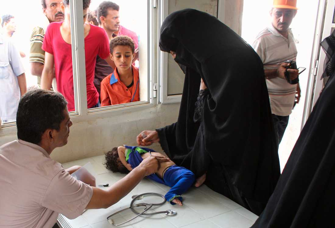 En kvinna med sitt undernärda barn på ett sjukhus i staden Abs i nordvästra Jemen. Arkivbild.