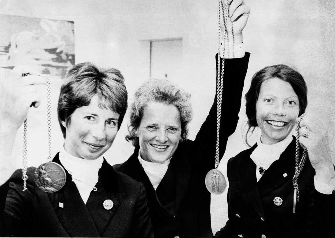 Ulla Håkanson, Maud von Rosen och Ninna Swaab, tävlingsryttare Sverige med sina OS-bronsmedaljer i München 1972.