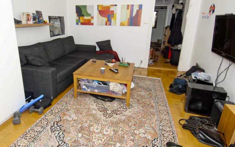 Vardagsrummet i en av de åtalades lägenhet.