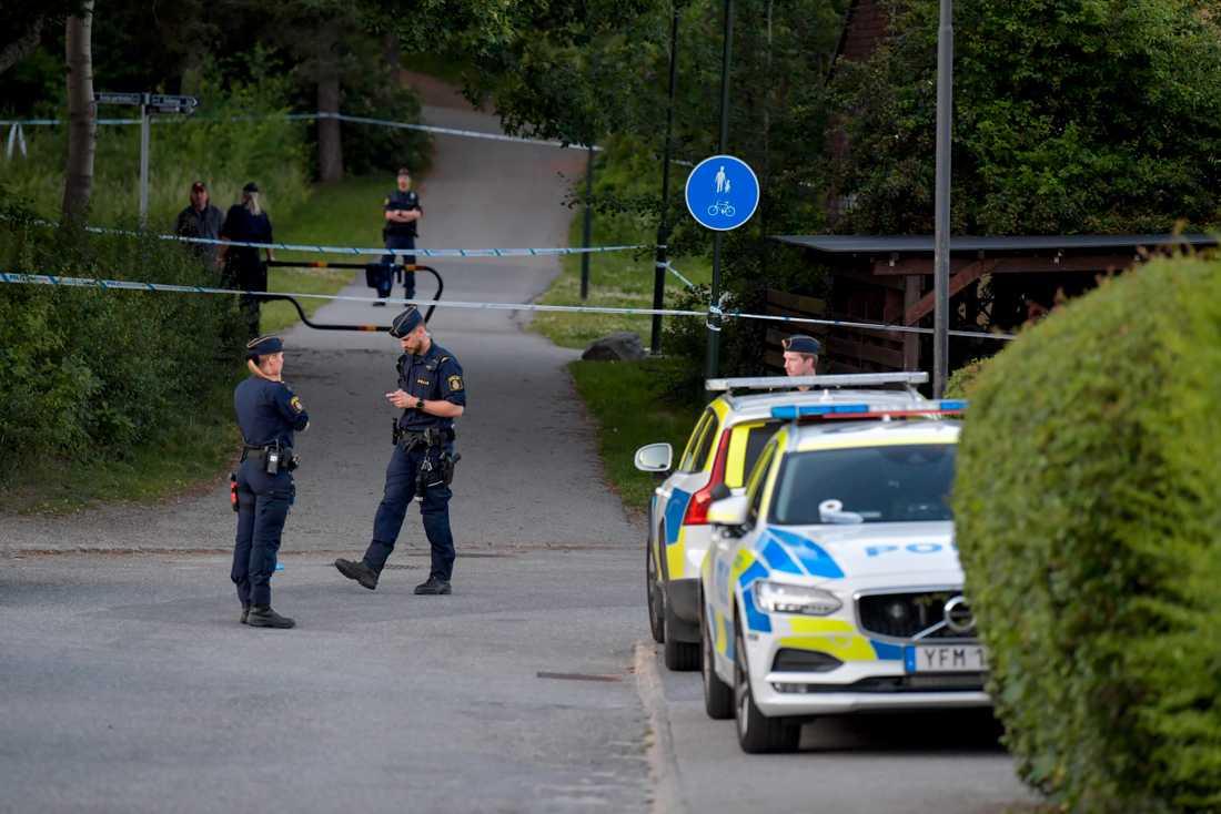 Polis på plats efter skottlossningen i stadsdelen Liseberg i Stockholm, som ledde till att en man dog. Nu åtalas en 17-åring för inblandning i mordet.