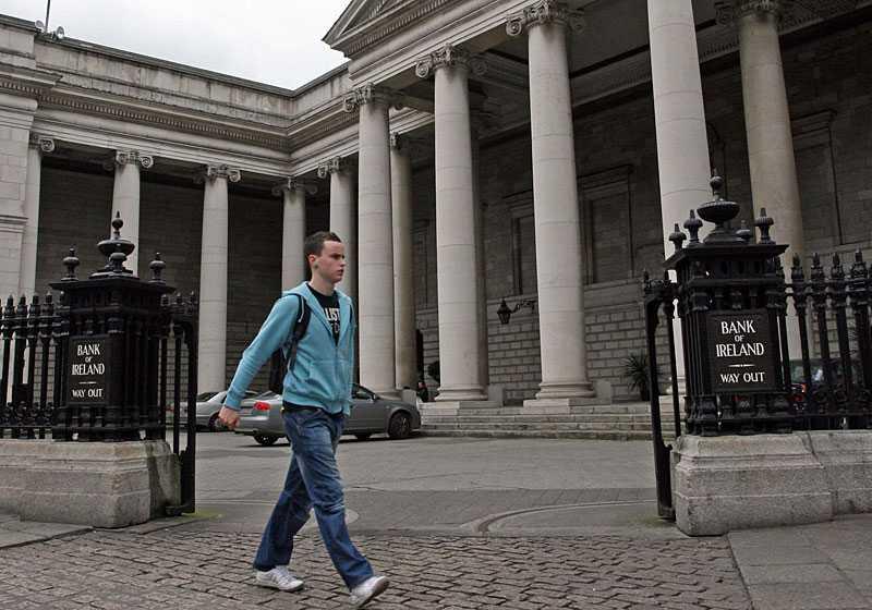 Bank of Ireland rånades på 77 miljoner kronor i torsdags. Mannen på bilden har inget med rånet att göra.