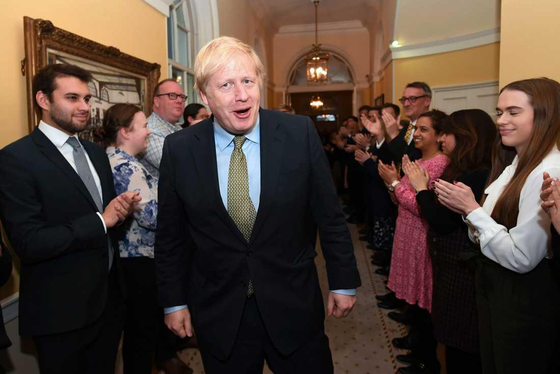 Storbritanniens premiärminister Boris Johnson hälsas av sin personal i premiärministerns bostad 10 Downing street.