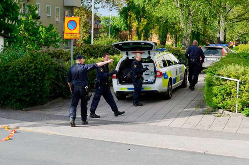 Poliser vid bostadshuset.