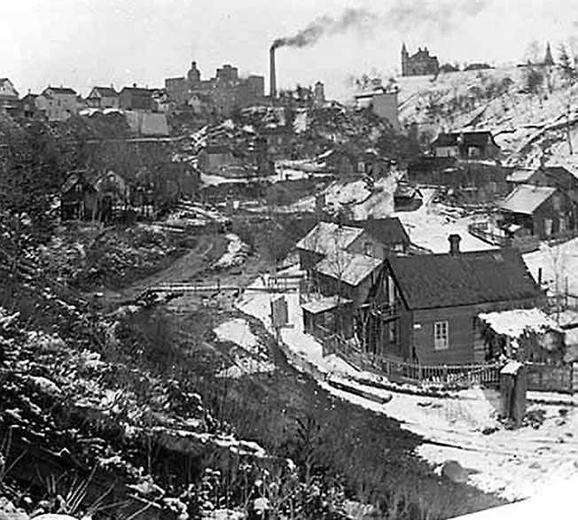 """""""Hålan"""" Slumområdet Swede Hollow 1910, där Ola Larsmos roman om de fattiga svenska invandrarna utspelar sig. I dag är """"hålan"""" en park."""