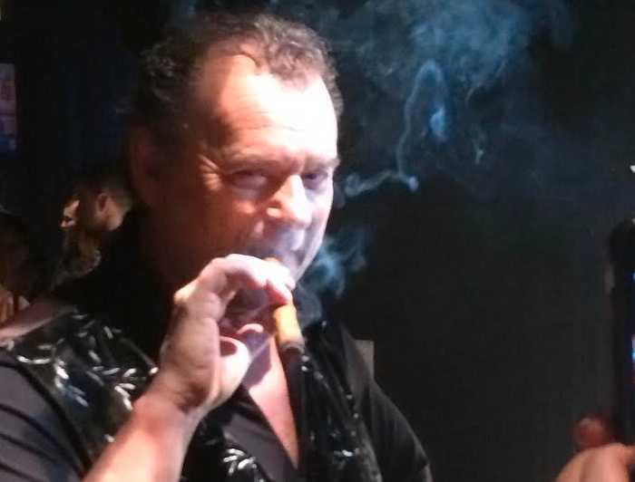 Steffo röker cigarr inomhus vid mingel.