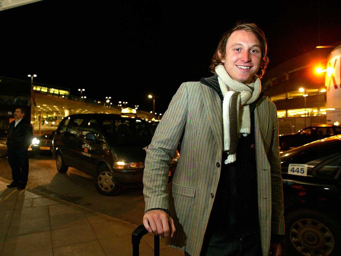 En lycklig Kim Källström landar på Arlanda efter att han 2003 skrivit på sitt första proffskontrakt utomlands. Källström lämnade DJurgården för spel i franska Rennes. Foto: Ulf Höijer.