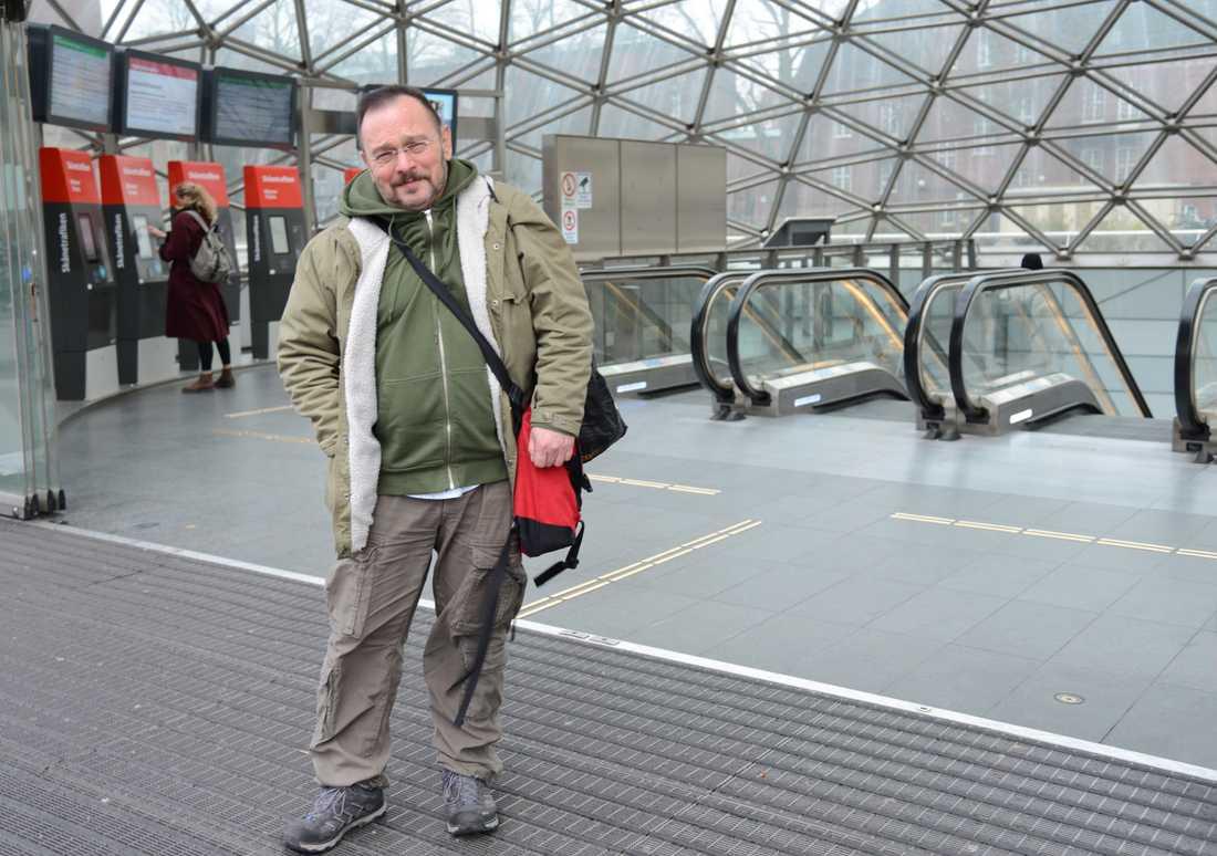 Malmös skolor håller öppet. Andrzej Ferber, som bor i Köpenhamn och tillhör en riskgrupp på grund av tidigare hjärtinfarkter, måste åka till sin arbetsplats på Malmö Latinskola.
