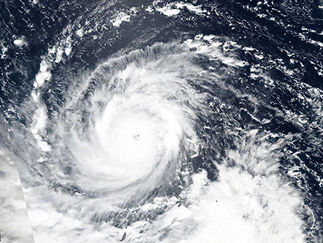 Satellitbilder från Nasa visar hur supertyfonen närmar sig Filippinerna.