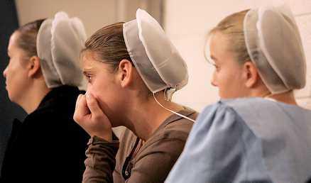 Amish-flickor i sorg.