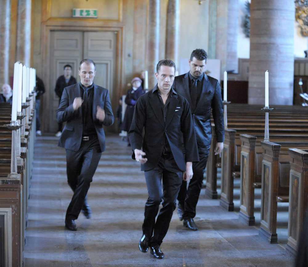 Dansträning innan bröllopsparet anländer till kyrkan.