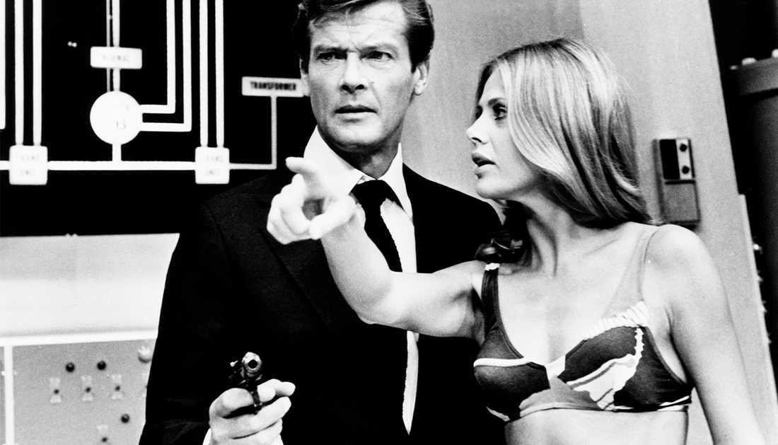 Roger Moore och Britt Ekland spelade mot varandra i Bond-filmen.