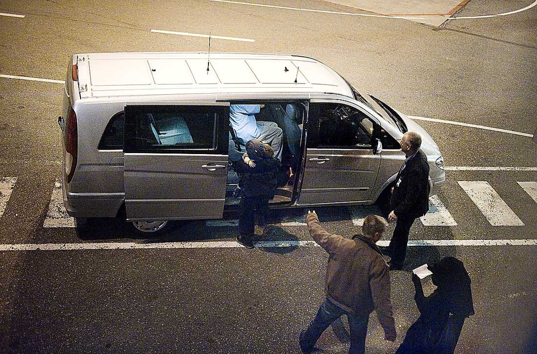 De terrormisstänkta svenskarna landar på Arlanda den 11 oktober 2009 och leds genast in i Säpos minibuss.
