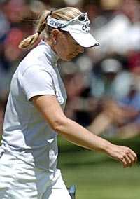 Lång väg kvar. Annika Sörenstam har efter 73 slag på den tredje US Open-rundan en lång väg att vandra för att vinna sin tredje raka Major-titel.