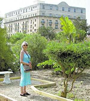 Mary Hirst framför Hotel Phoenicia.