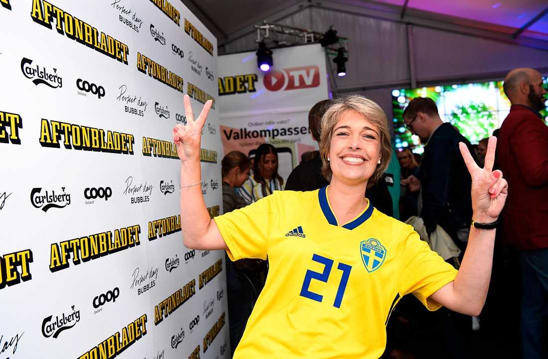 Sedan fotbolls-VM började har socialminister Annika Strandhäll i princip levt i sin sverigetröja. Den här kvällen fick den till och med följa med på fest.