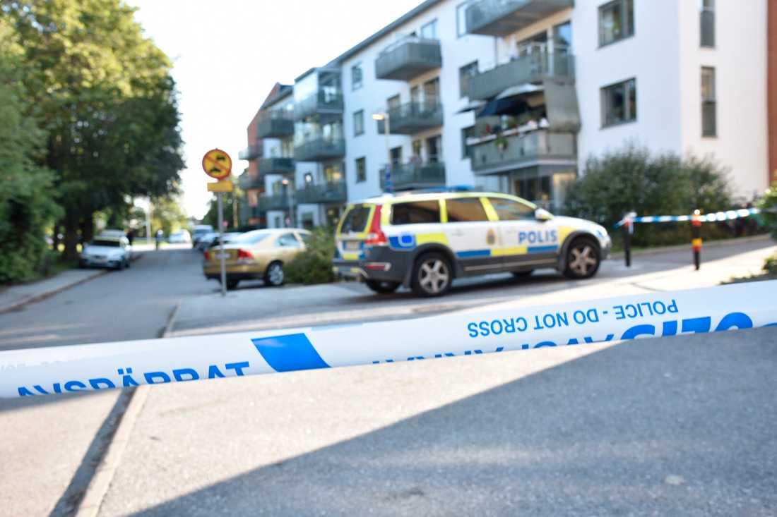 En kvinna har skjutits till döds i Vällingby.