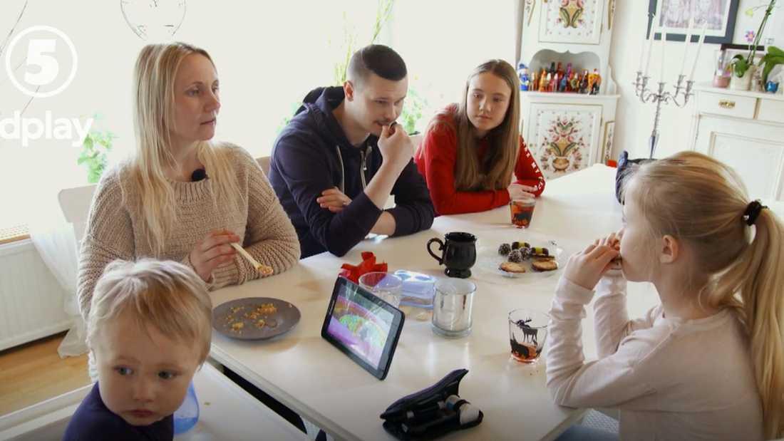 Hela familjen samlad vid köksbordet.