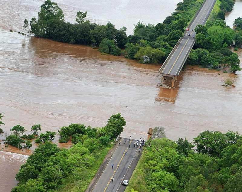 Nära Agudo i Brasilien svepte översvämmad Jacilfloden med sig en bro. Översvämningar och jordskred har dödat 72 människor– bara den senaste veckan.
