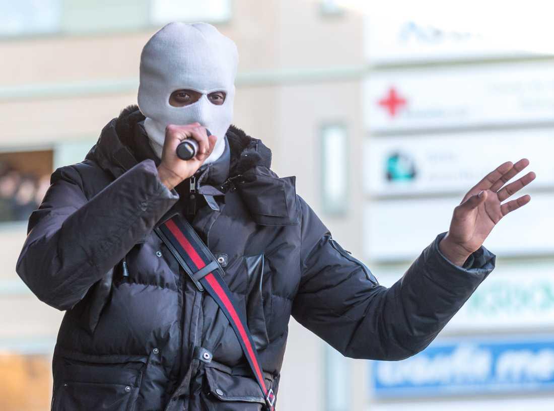 Rapparen 1.Cuz har fått socialdemokrater att gå i taket efter ungdomsrånen och gangsterrapen som skildrar bland annat kriminalitet. I helgen mötte han en av sina kritiker i SVT.