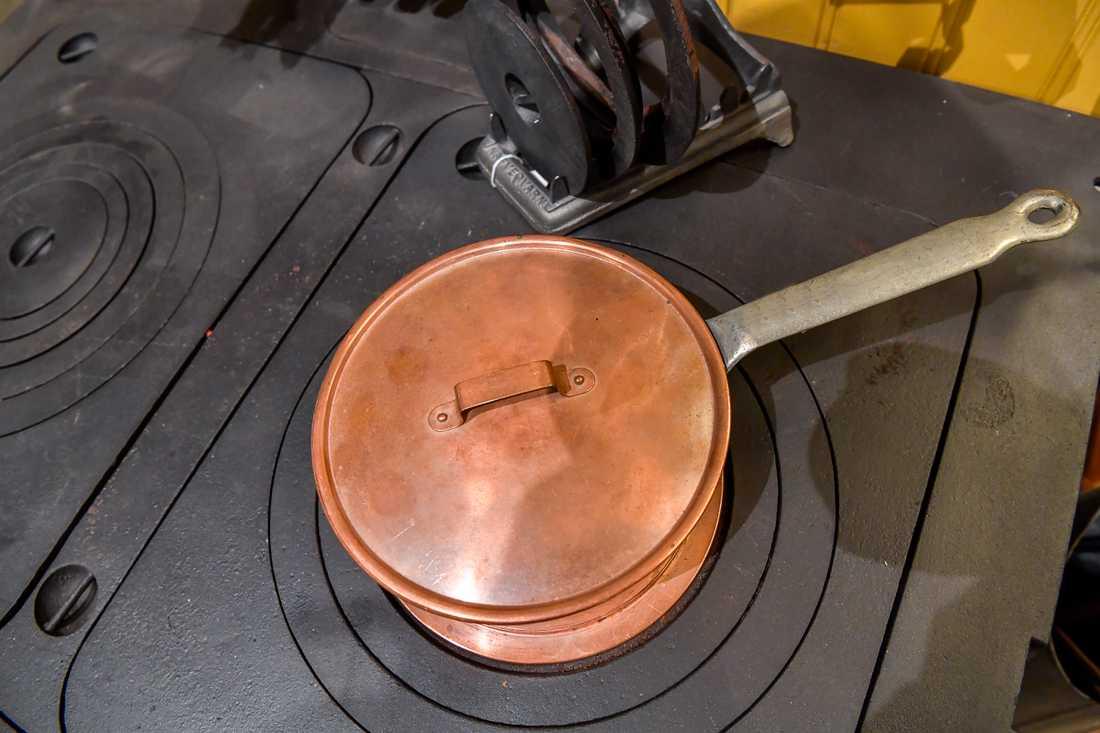 Fritt fram att värma kastrullen med ved. Arkivbild.