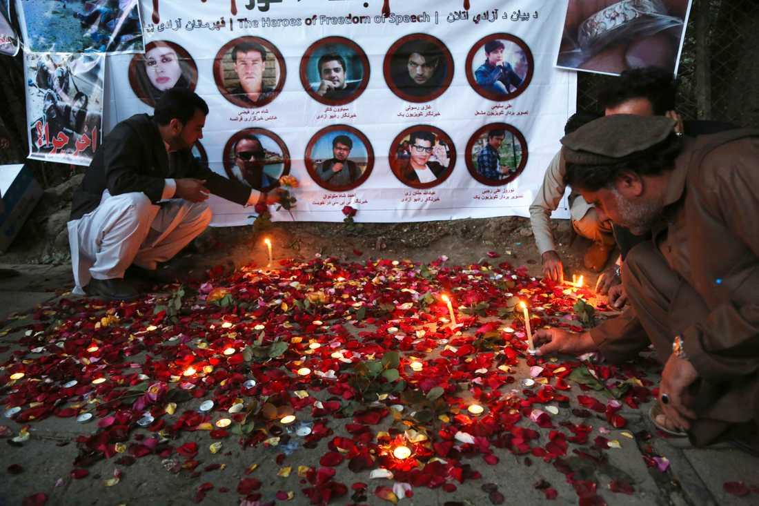 Människor tänder ljus vid en minnesplats i Kabul för att hedra de nio afghanska journalister som dödades i en självmordsattack i huvudstaden i slutet av april.