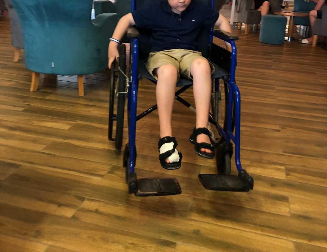 På slutet av resan hade han en rullstol så att han kunde ta sig ut lite.