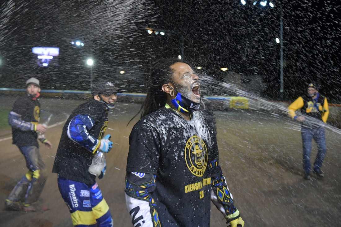 Antonio Lindbäck firar Masarnas seger i SM-finalen i speedway i Kumla.