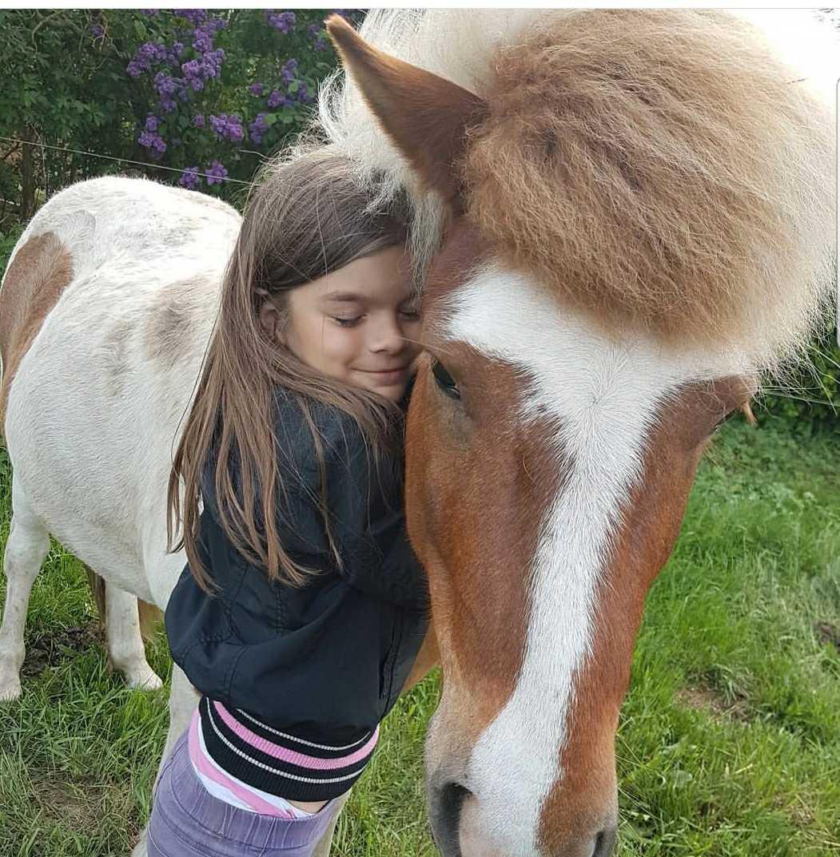 Ida och en av gårdens hästar